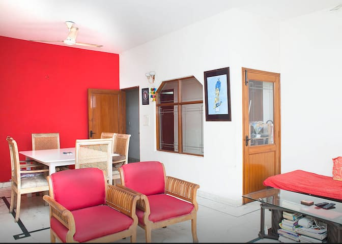 Cosy room in a superb apt. and area - New Delhi - Apartmen