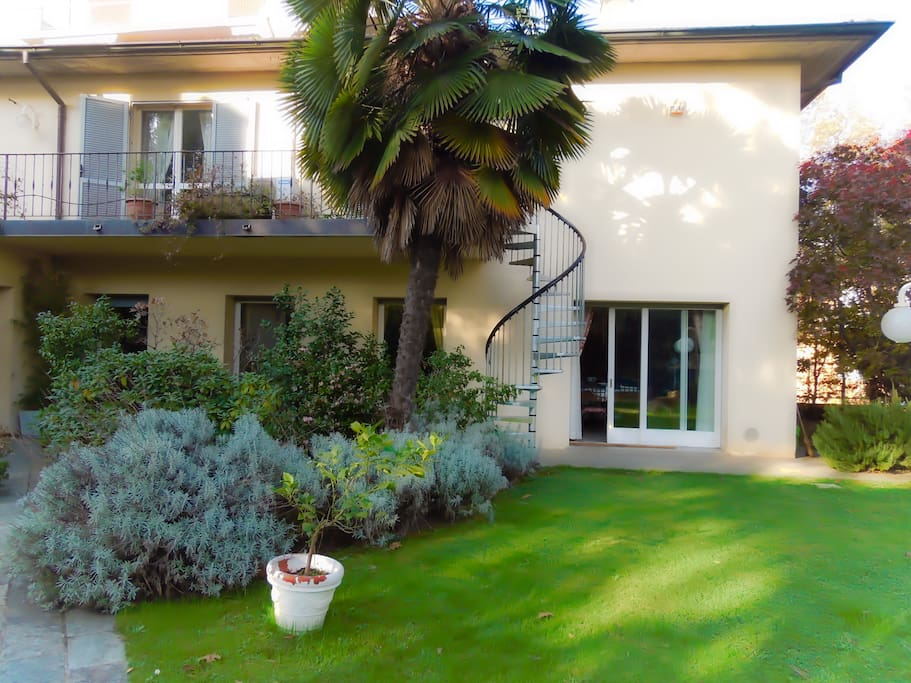 Villa Olivia is located in Bergamo at walking distance from the city centre and with an easy access to the Orio al Serio International Airport. The garden stairs and balcony provide direct access to the B&B area.