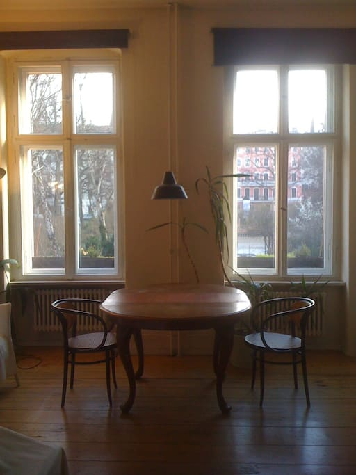 helles Zimmer  mit Blick auf den Chamissoplatz
