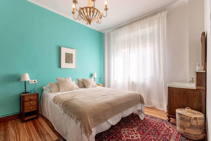 Dormitorio con cama de matrimonio de 1,60 m