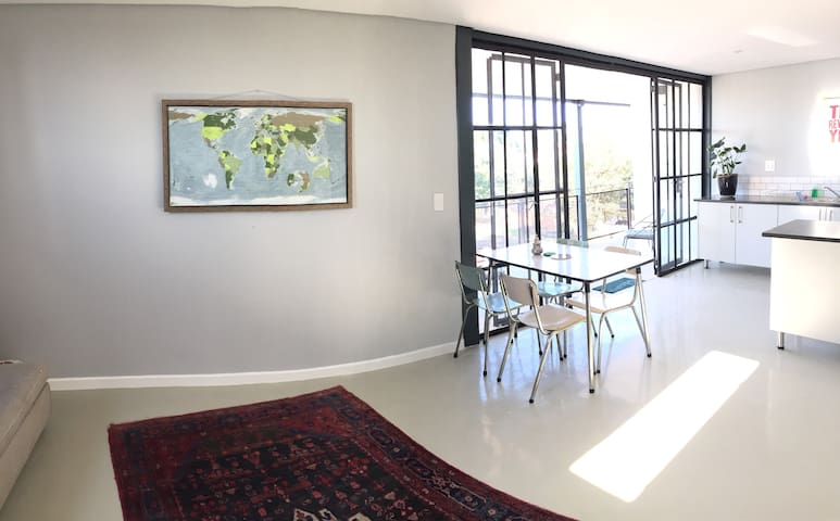 Bright top-floor two-bed two-bath apartment - Johannesburg - Leilighet