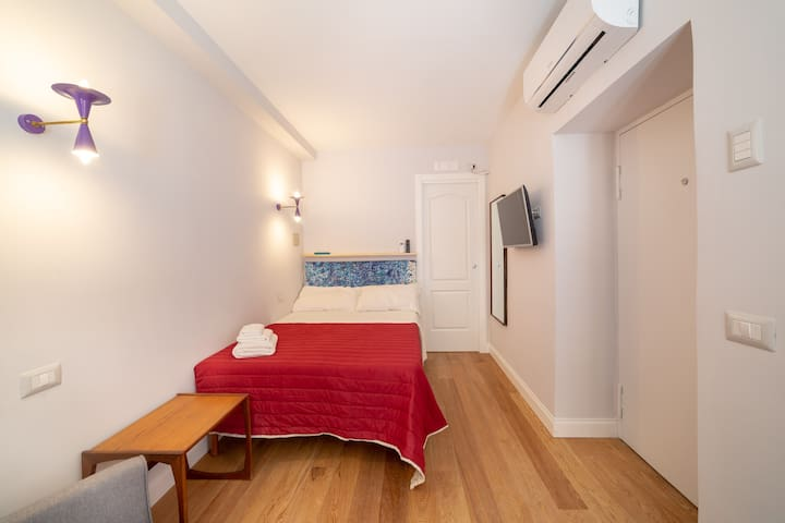double bed 140x195, bathroom with glass shower, air conditioner, wi fi, smart tv, real oak floor on the ground! Stilnovo light 1950 original!