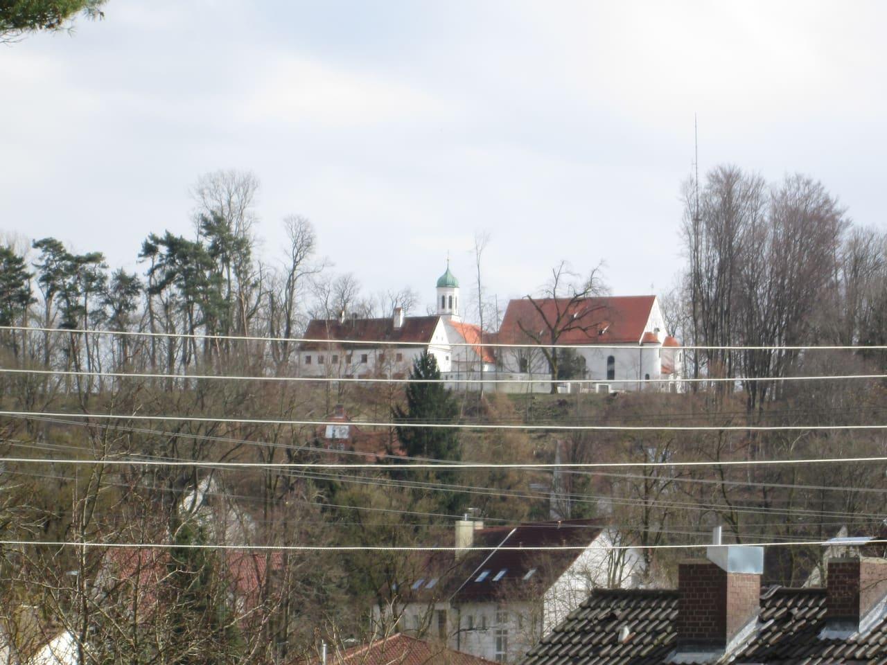Blick aus dem Fenster auf die Kobelkirche