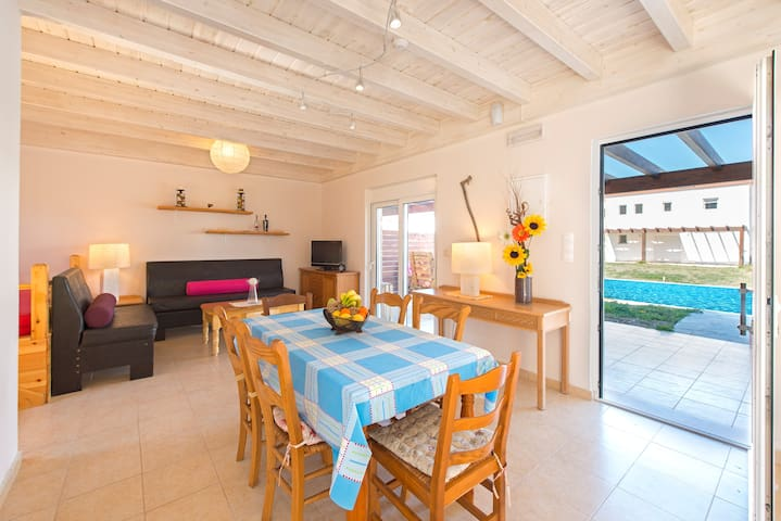 3 Bedrooms villa with pool only 300m from sea (17)
