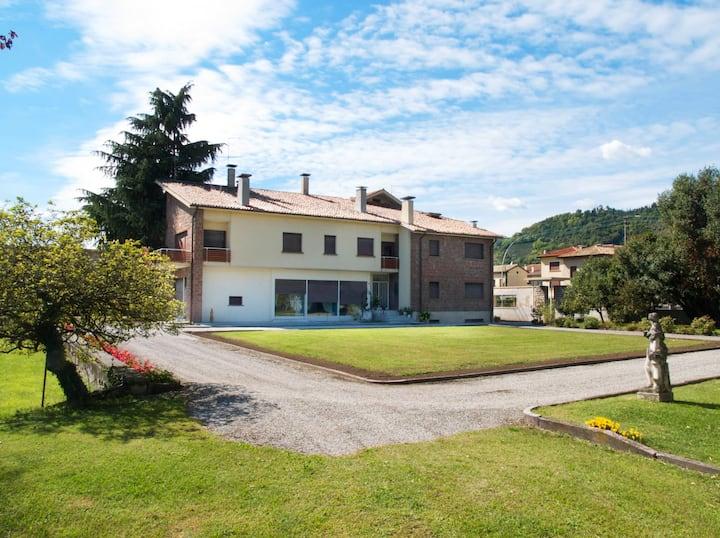 Villa con piscina e parco privato
