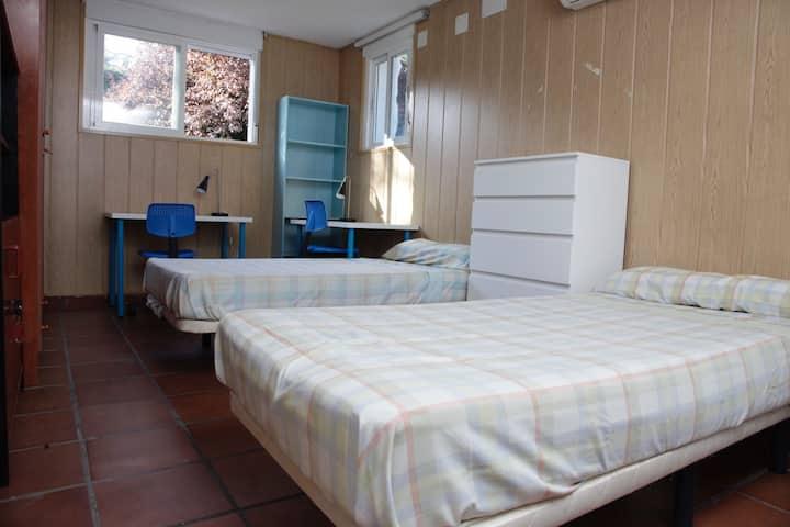 Habitación doble a 15 Km de Madrid jardín piscina
