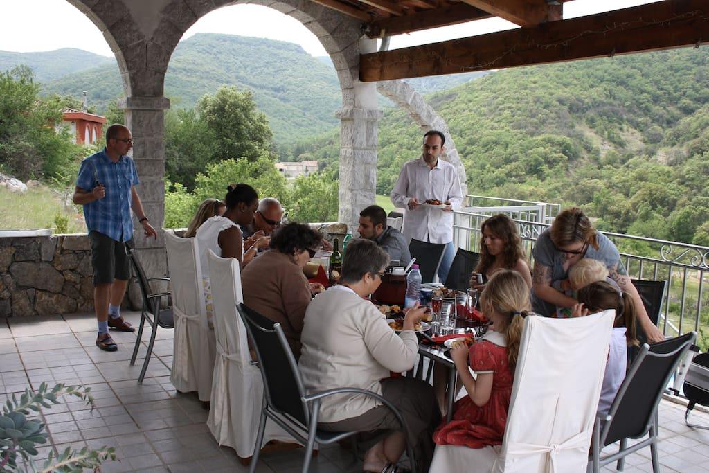 De grandes terrasses ombragées pour les repas de famille inoubliables