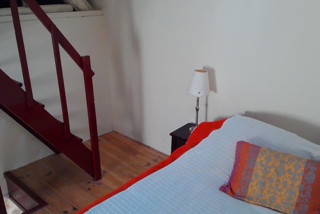 A l'étage, une chambre au calme accueille deux personnes.