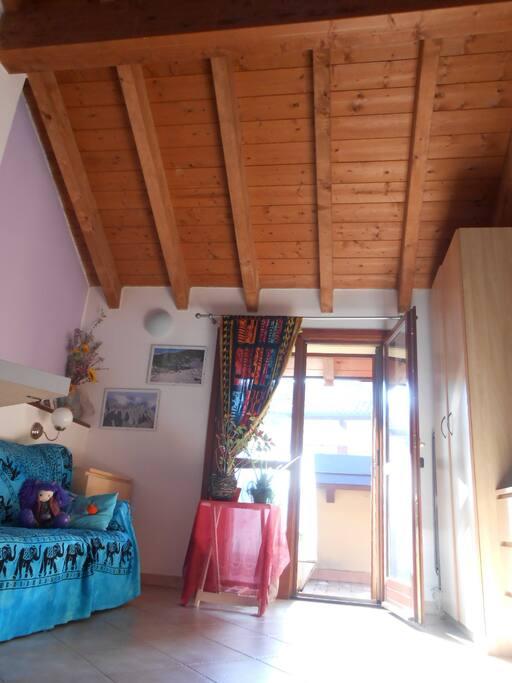 Stanza com balconcino dove si trova il vostro divanoletto!