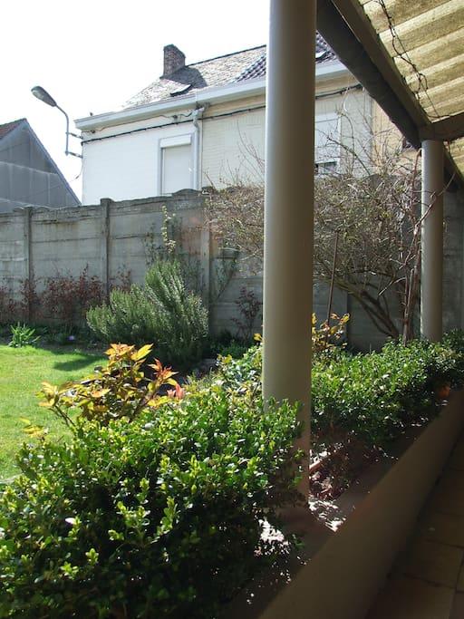 vue sur le jardin par la pergola de l'entrée