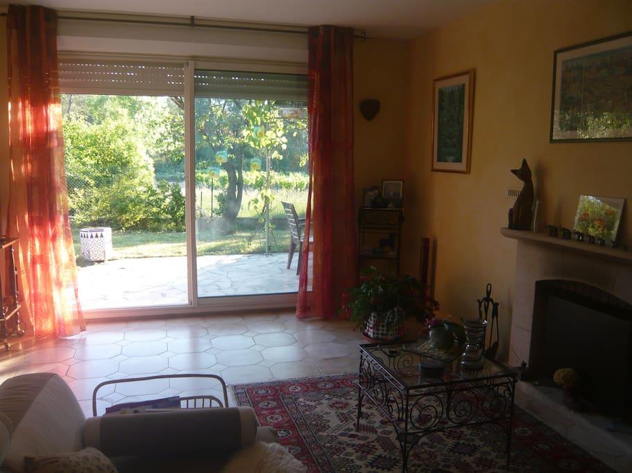 Salon avec vue sur le jardin.