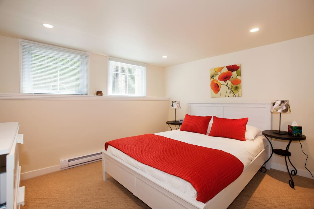 Bright and cozy with a  Queen size bed and lots of storage.