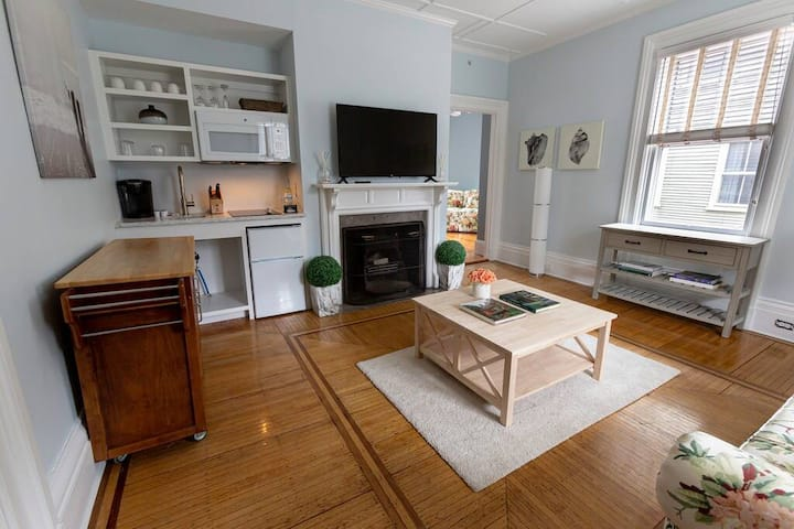 Bright Sunny 1bed/bath and small kitchen, PERFECT!