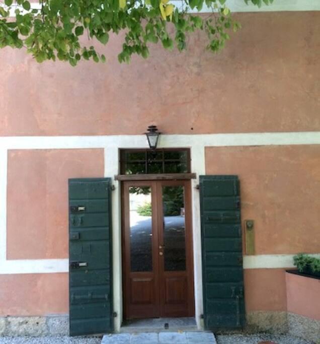 L'ingresso - The entrance