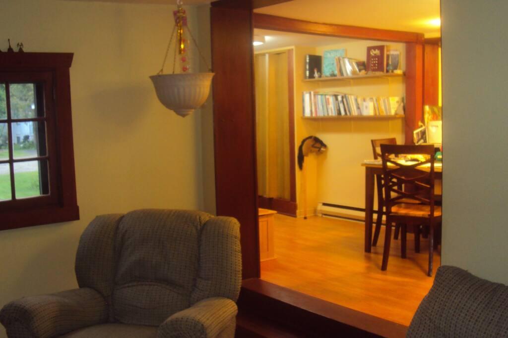 Aire ouverte salon, salle à manger, bureau et cuisine.