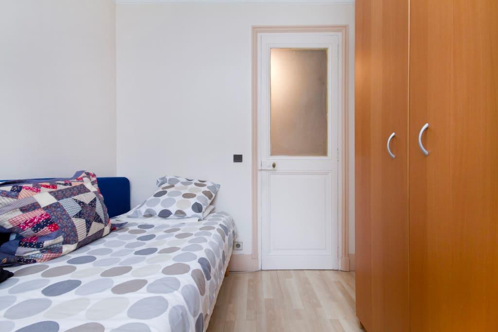 vue de la chambre (10 m²) depuis la fenêtre