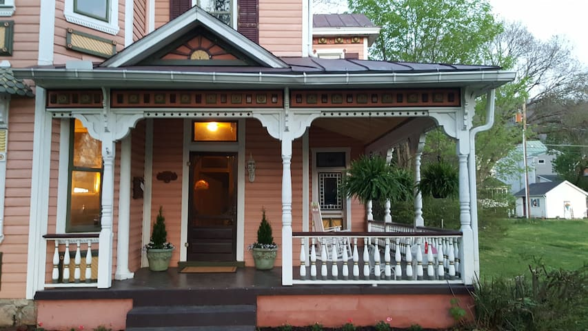 Experience small-town life in the Blue Ridge Mtns - Buena Vista - House