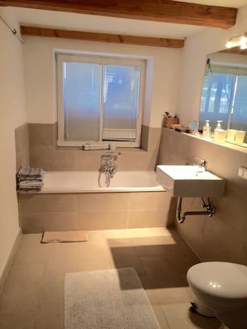 Das Bad hat Fußbodenheizung.