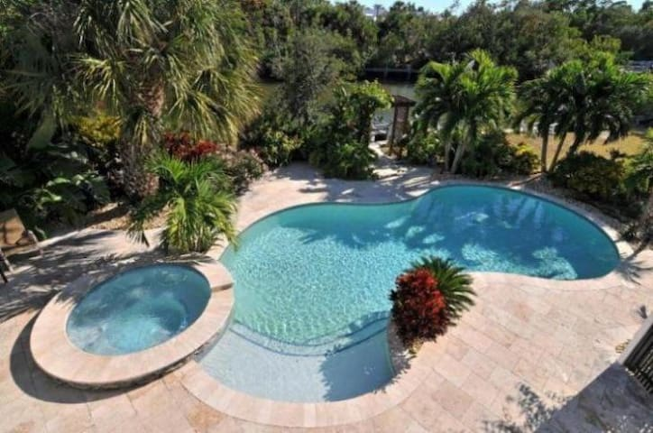 Tropical waterfront oasis in a wonderful location - Anna Maria