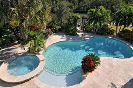 Tropical waterfront oasis with pool - Anna Maria