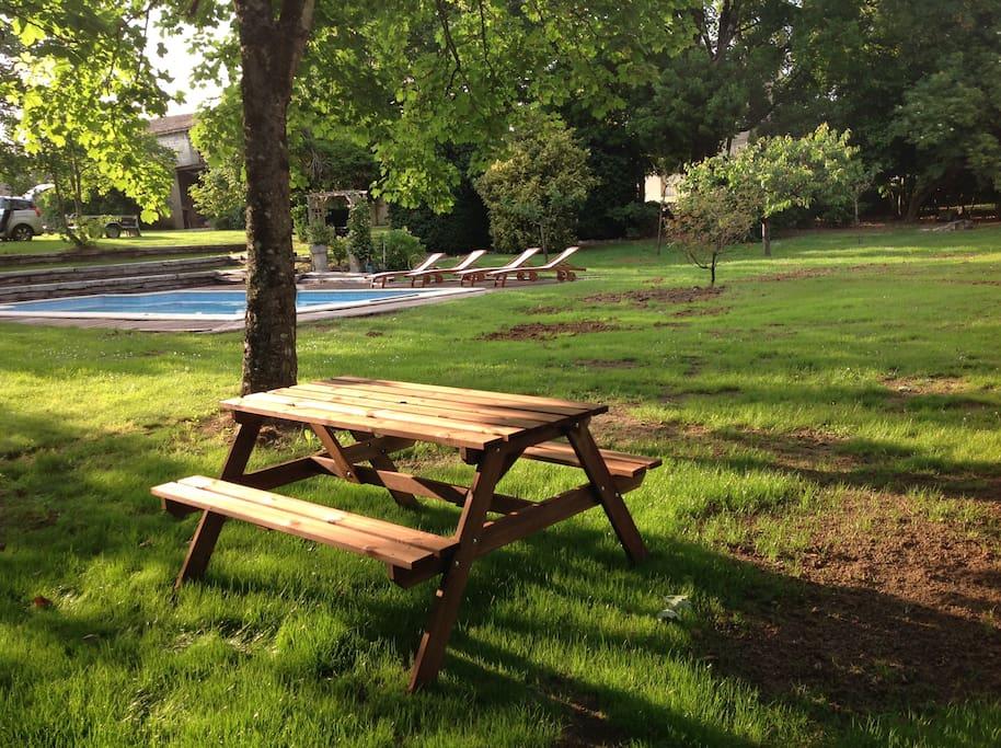 Table de picnic au bord de la piscine. Très agréable vers 18h