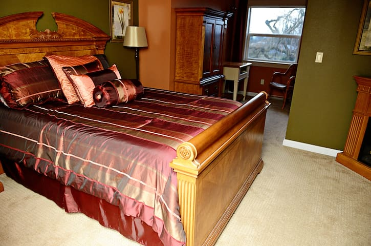 Autumn Suite-Grand Willow Inn - Mount Vernon - Bed & Breakfast