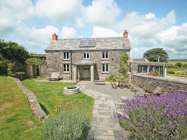 THE FARMHOUSE, pet friendly, with pool in Camelford, Ref 959869