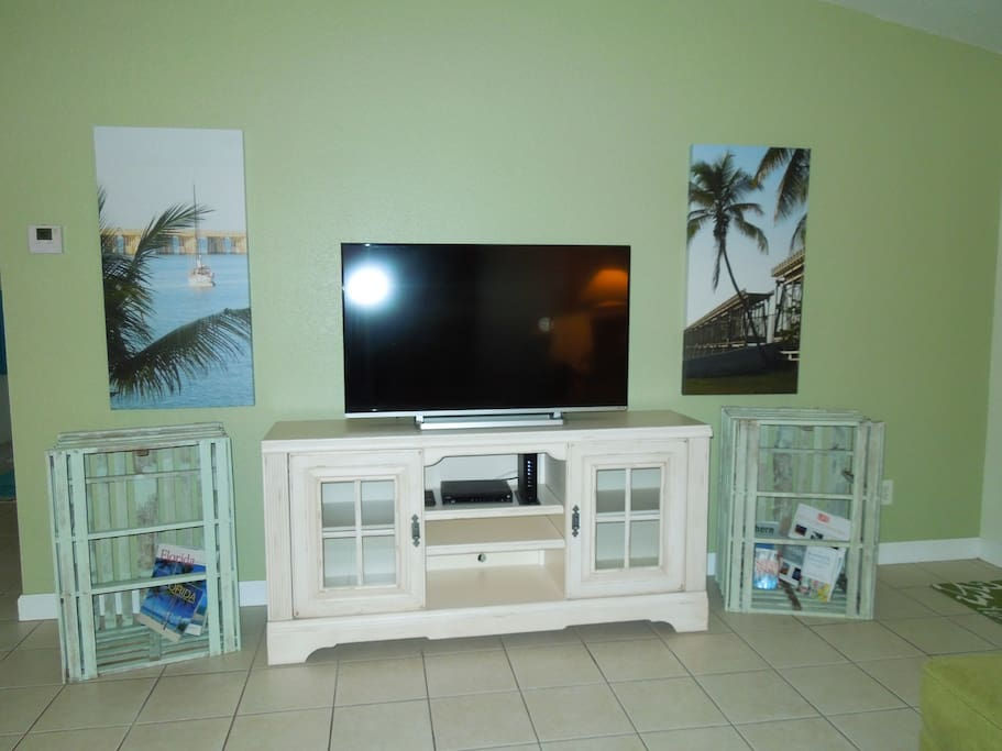 """Living Room with a 40"""" Smart TV, a great cable channel selection or use your Netflex (must have your own account)."""