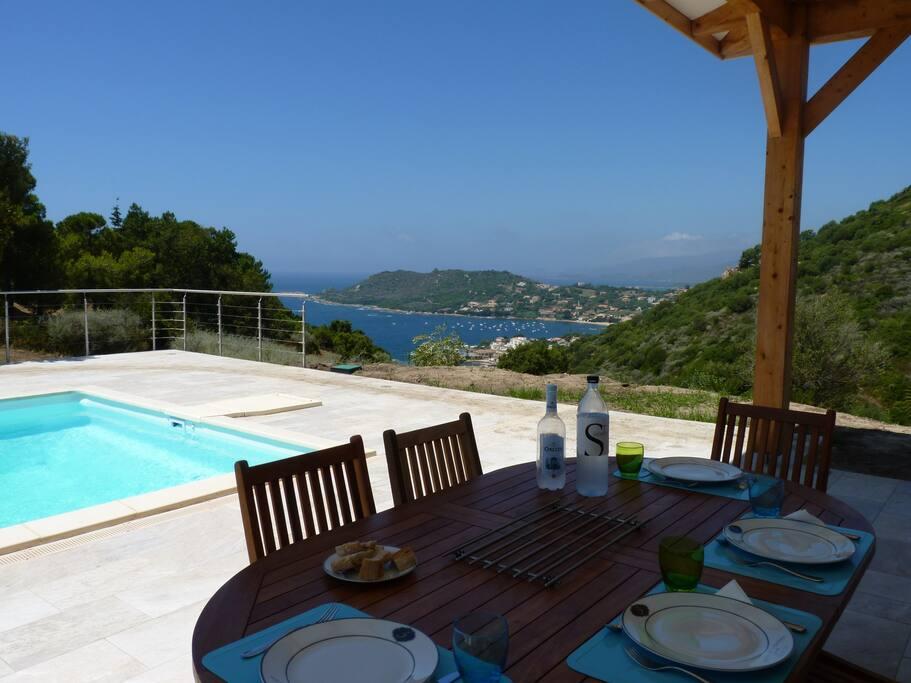 Déjeuner ou diner en terrasse ... dans le prolongement du séjour.