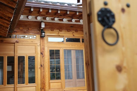 HANOK VILLAGE,OWN BED & LIVING ROOM - Jongno-gu