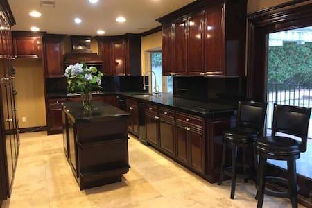 Sunshine house Luxury villa separate room for rent - Anaheim