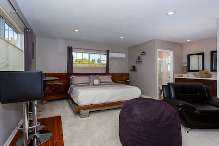 5 min to LAX, Private Entrance, Studio Apartment