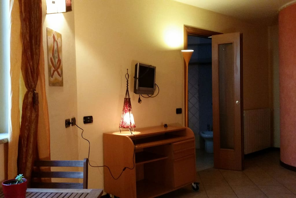 Panoramica della camera con l'ingresso del bagno