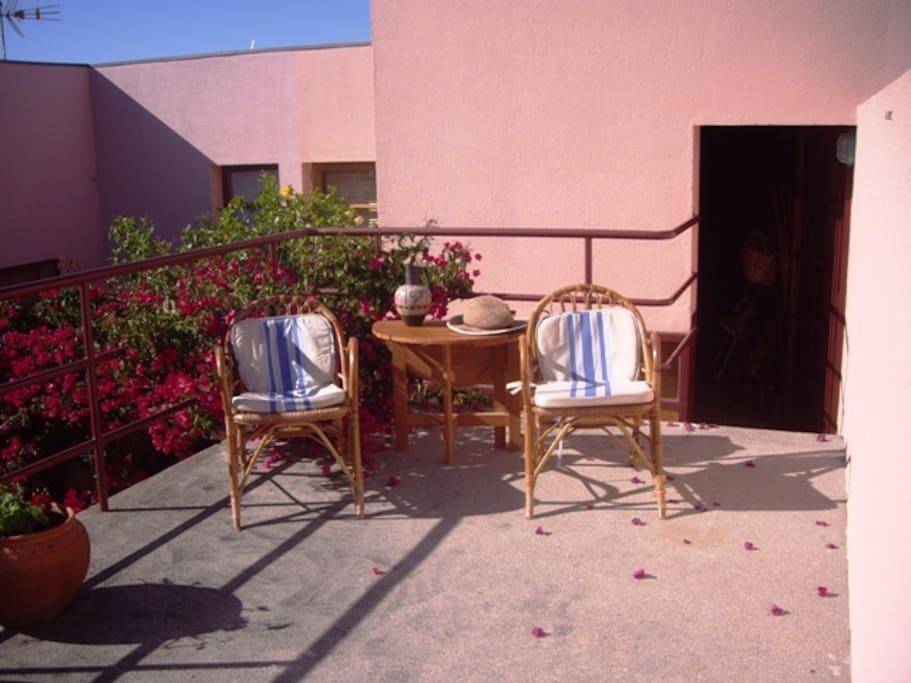 Balcon à l'avant de la maison, pour lire votre journal ou ipad au soleil de la côte ouest portugaise
