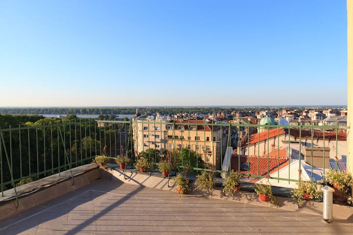 PENTHOUSE APT IN CENTER (RENOVATED) - Belgrad - Huoneisto