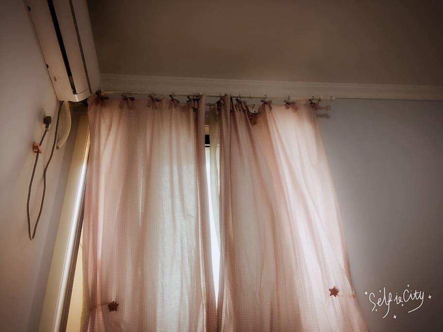 宜家的田园风窗帘,蝴蝶结格纹。有效阻挡阳光,早上可以睡懒觉