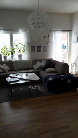Fräsch 4:a, 3m i takhöjd o uteplats - örebro - Apartemen