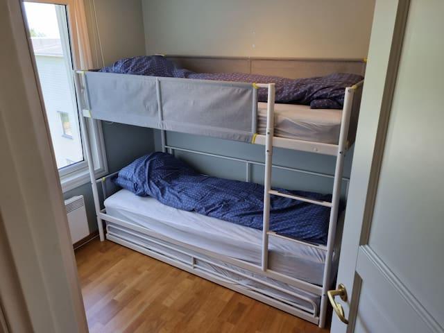 Soverom 2: 2 køyesenger og 1 gulvmadrass, totalt 5 sengeplasser.