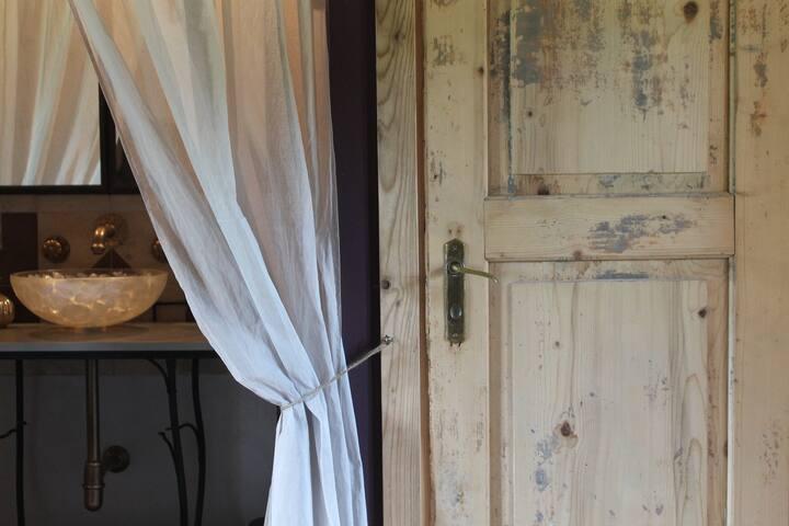 particolare porta bagno