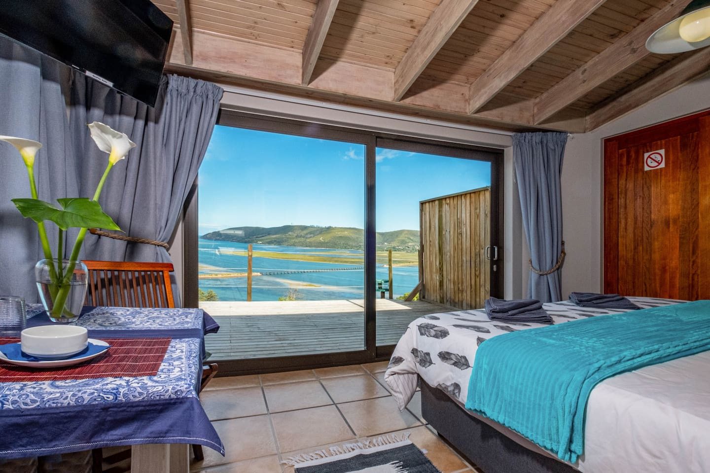 Room with an exceptional view from the king size bed. Private patio to enjoy the panoramic view in the sunshine with a glass of whine! If you are tired of the view, the HD smart TV will keep you company ;-)