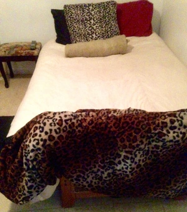 One bed studio. Open cozy small studio  space . Comfortable for two