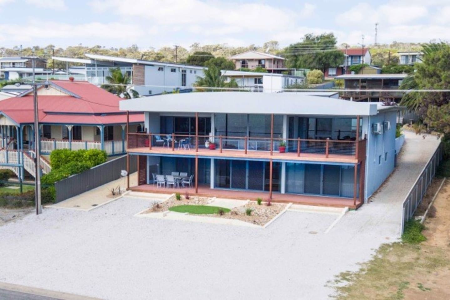 Beautifully positioned on the Esplanade and only 20 metres from the very popular Oyster Walk coastal walking trail. The full length verandah has a 6 seater outdoor setting and electric BBQ.