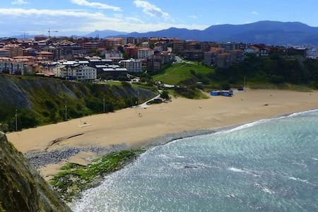 Double room in beautiful apt. w/ garden near beach - Getxo - Lejlighed