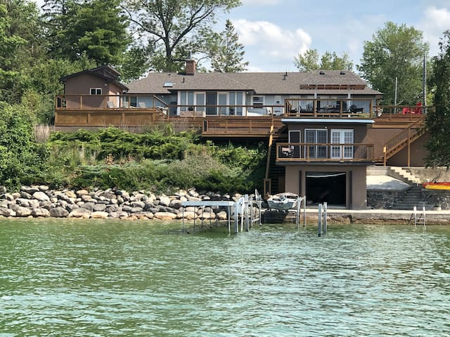 Gorgeous Private House on Lake Simcoe on Full Acre