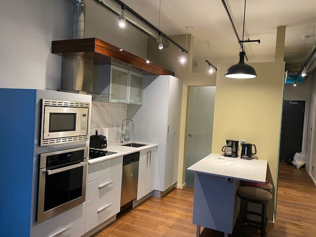 Modern downtown 1 BR with underground parking