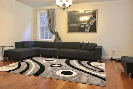 Sunny room,  Queen size bed 2 minutes from subway - Brooklyn - House