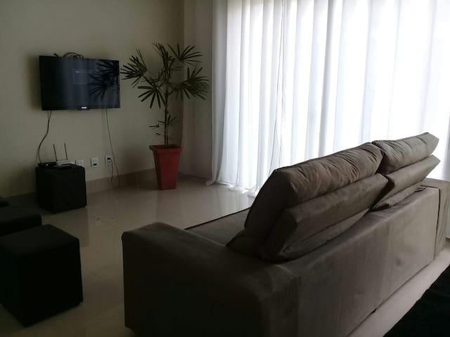 Sala com tv smart e internet.