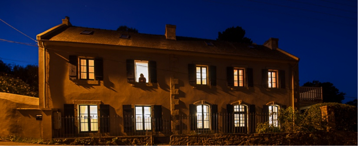 Facade de la maison avec ses 10 fenêtres, côté rue la nuit