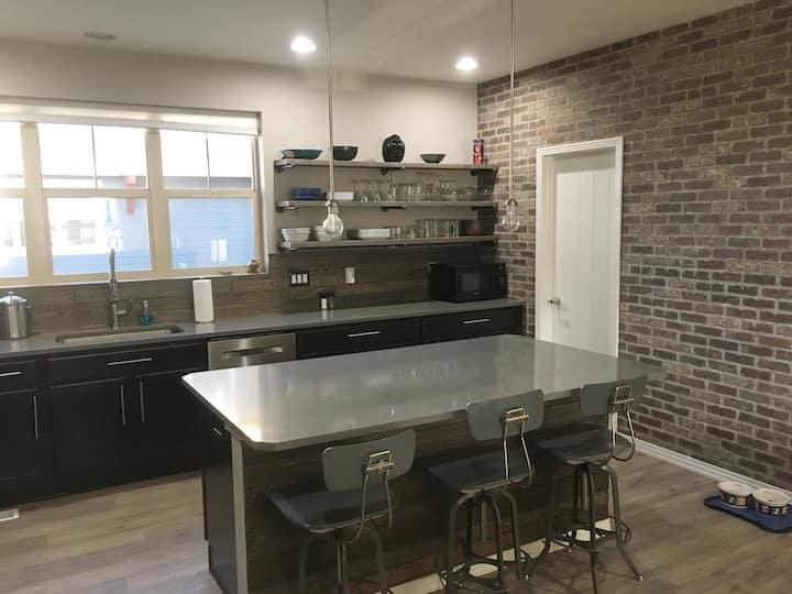 Contemporary, gorgeous home w/ big modern kitchen!