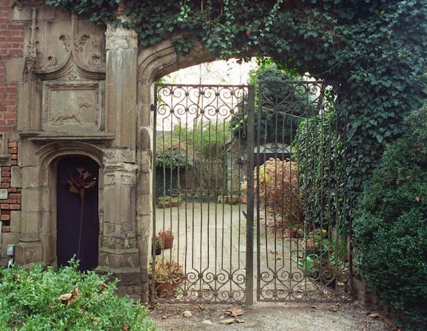 Romantic Gothic Cottage - Walk to New Hope
